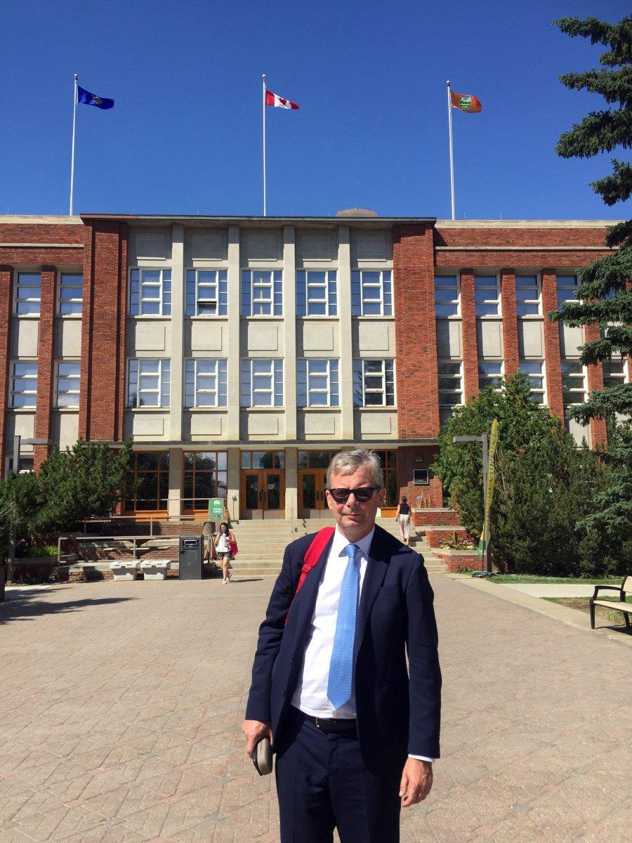 Rektor fyrir framan stjórnsýslubyggingu Háskólans í Alberta