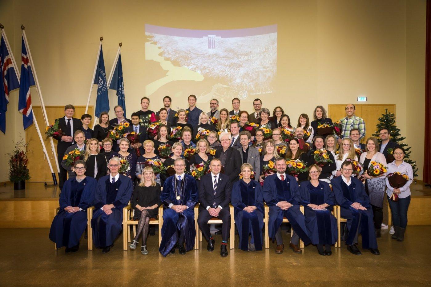 Nýju doktorarnir og fulltrúar þeirra ásamt forseta Íslands, rektor, aðstoðarrektorum og forsetum fræðasviða skólans.