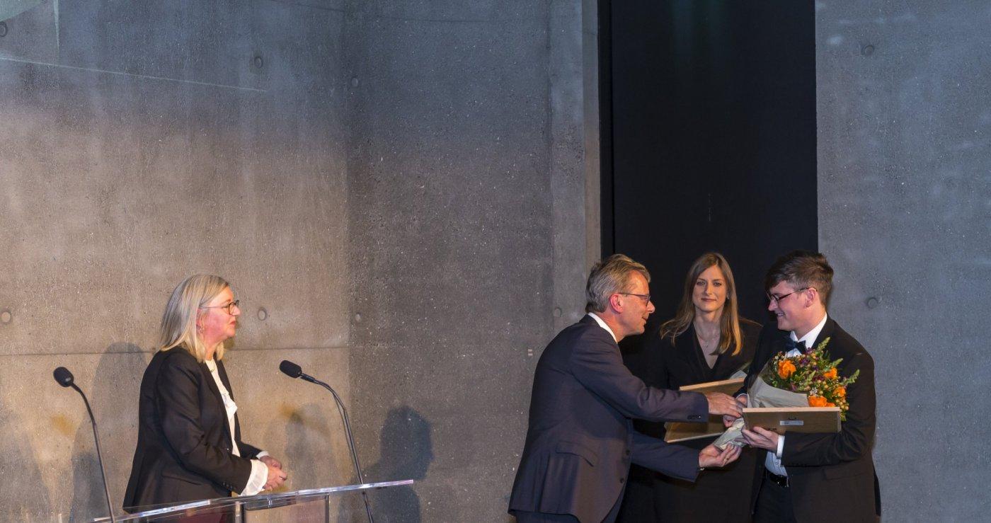 Jón Atli Benediktsson, rektor Háskóla Íslands, óskar handhöfum nýdoktorastyrkjanna, þeim Dale Kedwards og Katarzynu Önnu Kapitan, til hamingju með styrkina.