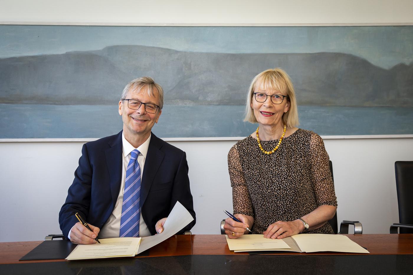 Jón Atli Benediktsson og Bergþóra Karen Ketilsdóttir undirrita skipulagsskrána.