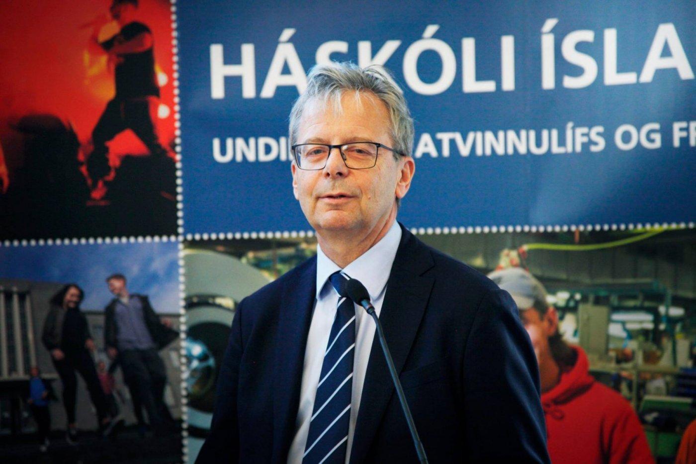 Rektor ávarpar gesti við úrslit Gulleggsins á Háskólatorgi.