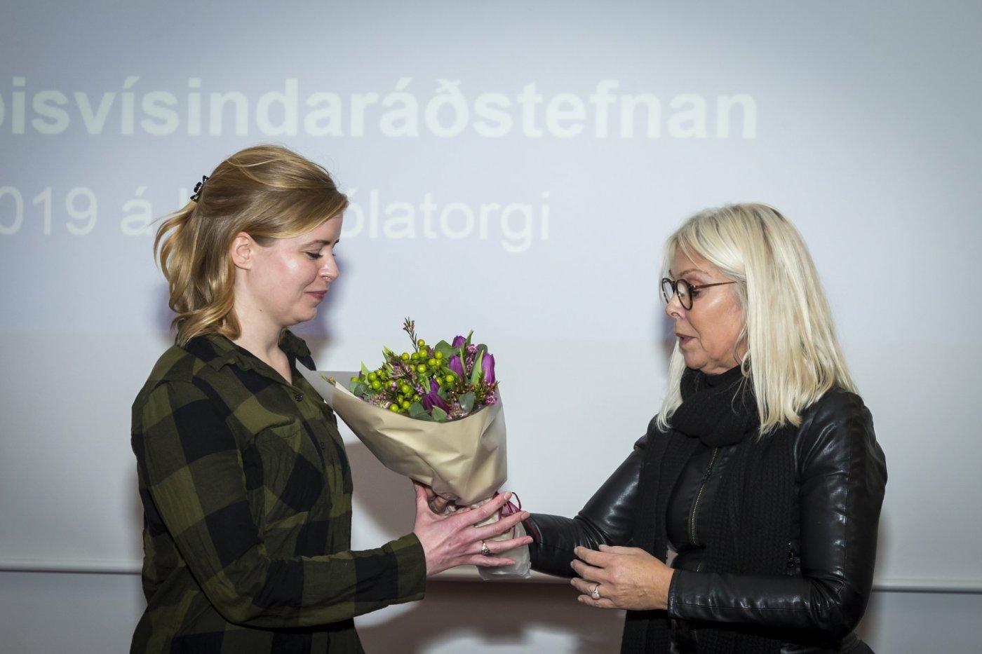 Kristín Elísabet Allison, doktorsnemi í líffræði og Yrsa Sverrisdóttir, formaður Félag íslenskra lífeðlisfræðinga.