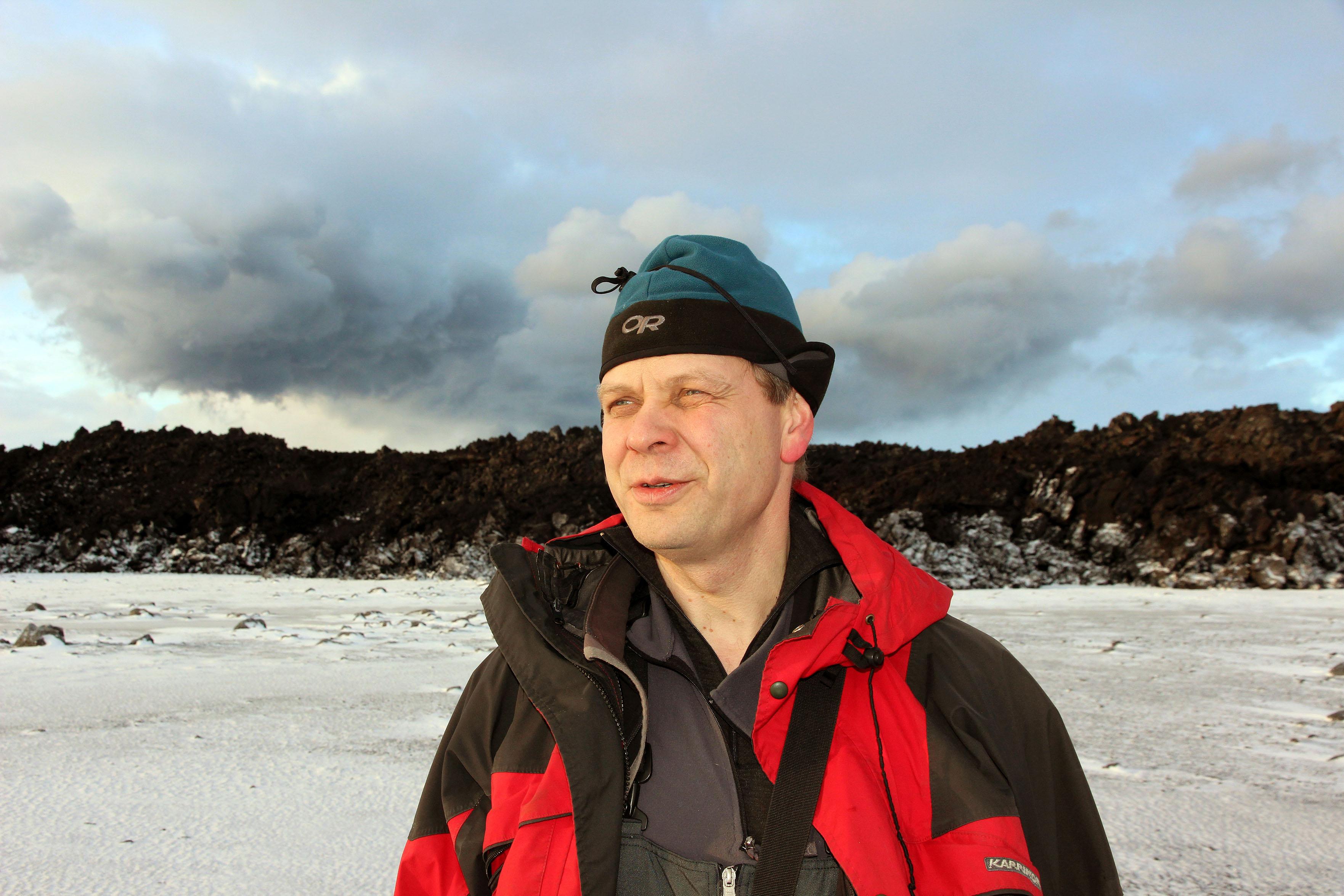 Magnús Tumi Guðmundsson, prófessor við Háskóla Íslands, við rannsóknir í Holuhruani.