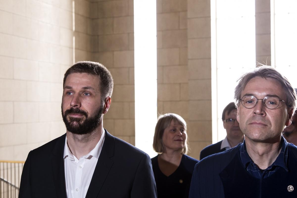 Nikola Trbojevic og Svavar Hrafn Svavarsson, forseti Sagnfræði- og heimspekideildar, ganga til doktorsvarnar.