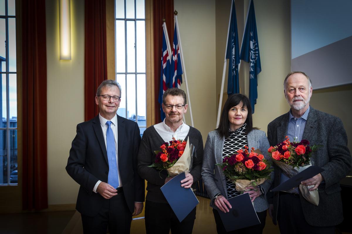 Verðlaunahafarnir Eiríkur Rögnvaldsson, Erna Sigurðardóttir og Páll Einarsson ásamt Jóni Atla Benediktssyni, rektor Háskóla Íslands.
