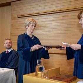 Guðrún Erlendsdóttir tekur við heiðursdoktorsnafnbót úr hendi Aðalheiðar Jóhannsdóttur, forseta Lagadeildar.