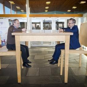 Páll Gíslason, formaður Verkfræðingafélags Íslands, og Jón Atli Benediktsson, rektor Háskóla Íslands, undirrita samstarfssamninginn við risaborðið í Vísindasmiðjunni.
