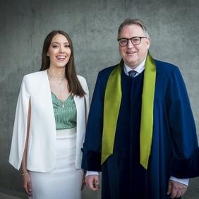 Anna Guðrún Gunnlaugsdóttir og Ingi Rúnar Eðvarðsson deildarforseti Viðskiptafræðideildar