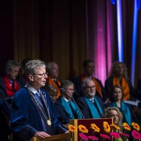 Jón Atli Benediktsson rektor ávarpar kandídata við brautskráningu í dag.