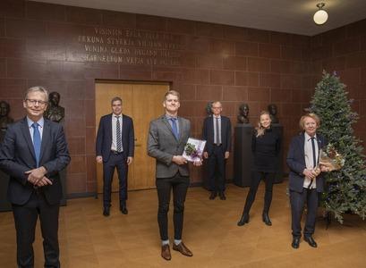 Við afhendingu styrksins úr Minningarsjóði Þorvalds Finnbogasonar í dag. Frá vinstri: Jón Atli Benediktsson, rektor Háskóla Íslands, Magnús Örn Úlfarsson, forseti Rafmagns- og tölvuverkfræðideildar, Ingvar Þóroddsson, BS-nemi í rafmagns- og tölvuverkfræði, Sigurður Magnús Garðasson, forseti Verkfræði- og náttúruvísindasviðs Háskóla Íslands, Ástríður Magnúsdóttir, listamaður og dóttir Vigdísar Finnbogadóttur, og Vigdís Finnbogadóttir.