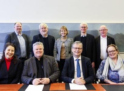 Fulltrúar Háskóla Íslands og Matís glaðbeittir að lokinni undirritun samnings.