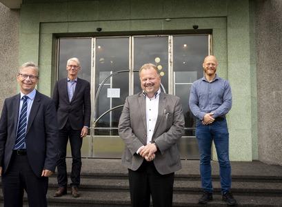 Fulltrúar Háskóla Íslands og Alor eftir undirritun samningsins. Frá vinstri: Jón Atli Benediktsson, Sigurður Magnús Garðarsson, Valgeir Þorvaldsson og Rúnar Unnþórsson.