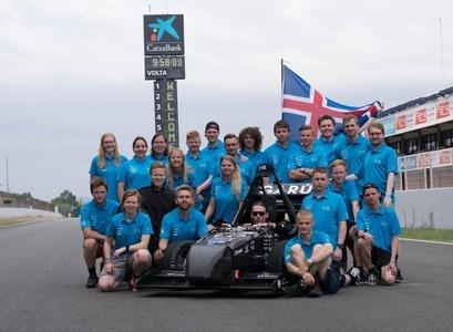 Team Spark ásamt bílnum TS18 Garúnu á kappakstursbrautinni Circuit de Barcelona-Catalunya