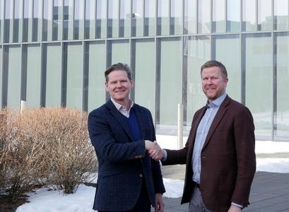 Þröstur Olaf Sigurjónsson og Gunnar Gunnarsson handsala nýtt samstarf Háskóla Íslands og Creditinfo