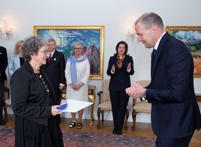Dagný Kristjánsdóttir tekur við riddarakrossi úr hendi Guðna Th. Jóhannessonar forseta.