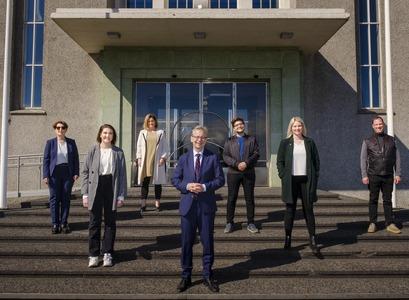 Frá undirrituninni við Aðalbyggingu Háskóla Íslands. MYND/Kristinn Ingvarsson