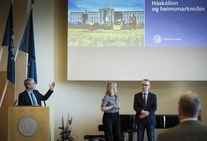 Jón Atli Beneditksson í pontu við hlið hans standa Unnur Anna Valdimarsdóttir og Magnús Karl Magnússon